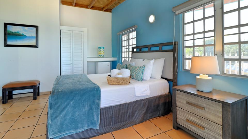 Standard Queen Bed – Partial Ocean View